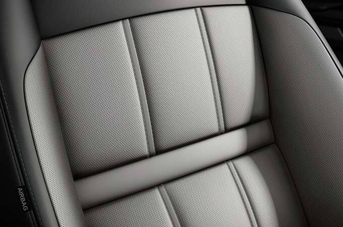 Duo-tone grained leather Evoque seats